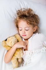 Bambina a letto