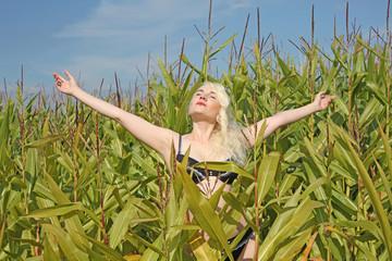 Mädchen im Maisfeld