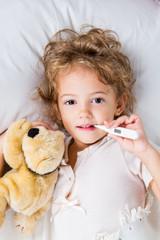 Bambina con termometro