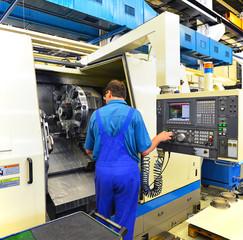 Bedienung einer CNC Maschine in der Industrie