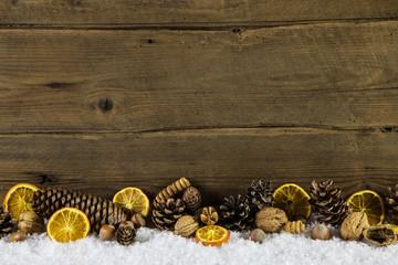 Weihnachtlicher Hintergrund natürlich - mit Holz und Orangen