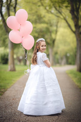 niña con globos en la calle