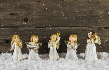 Weihnachtskarte mit einer Schar von Engeln auf Holz