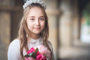 retrato de una niña con flores