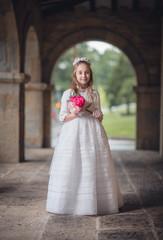 niña en la iglesia con flores