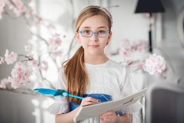 niña,alumna con libro