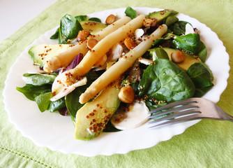 Ensalada fresca, espinacas y esparragos