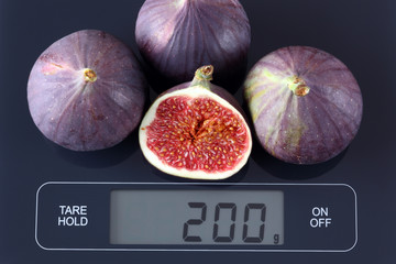Figs on kitchen scale