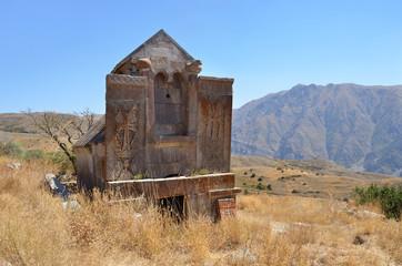 Храм примерно 10 века в древнем монастыре Тсахацкар в Армении