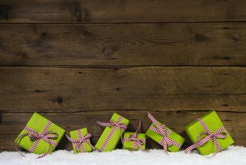 Grüne Weihnachtsgeschenke mit rot karierter Schleife als Karte