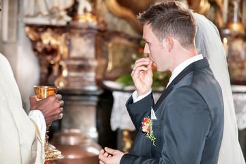Brautpaar isst das Leib Christi