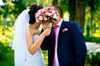 Молодожены и свадебный букет