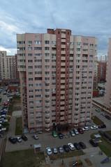 Вид на высотные жилые дома и улицу