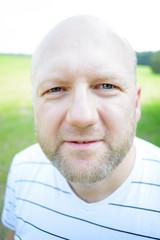Kopfporträt:Skeptischer Mann