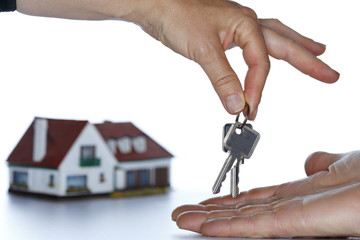 Hand übergibt Schlüssel
