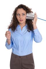 Frau telefoniert mit Büchsentelefon als business Konzept