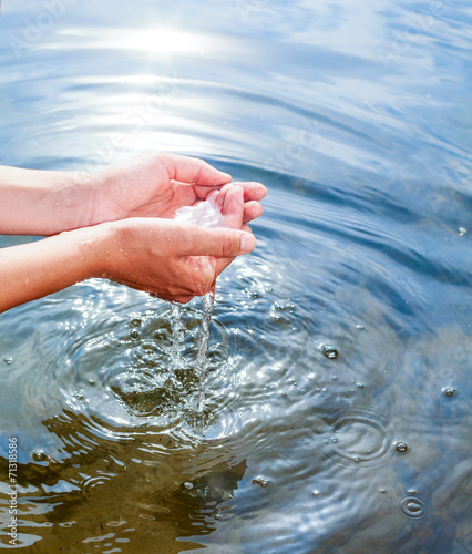 Tuinposter Kamperen Holding water in cupped hands