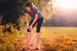 Junge Frau hat sich beim Sport verletzt