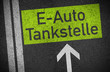 Asphalt mit E-Auto Tankstelle
