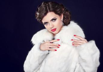 Winter Fashion woman in fur coat, elegant brunette lady portrait