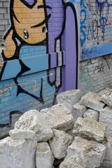 chantier de démolition d'un mur graffé