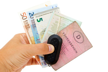 Autofahrer mit Geld, Schlüssel und Papieren
