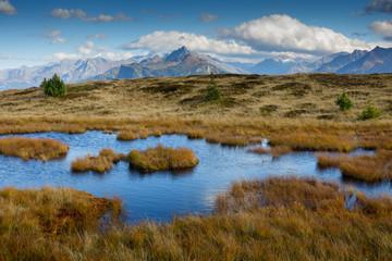 Bergsee in Herbstlandschaft