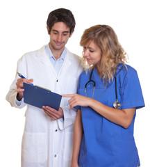 Arzt und Krankenschwester bei der Visite
