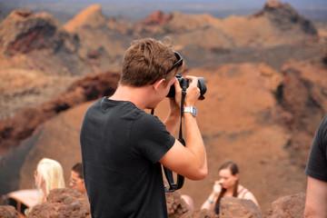hombre fotografiando un paisaje