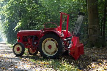 Traktor mit Seilwinde bei Waldarbeiten