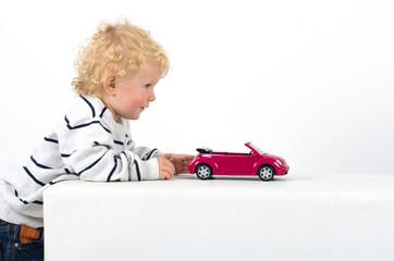 Kleinkind mit Modelauto