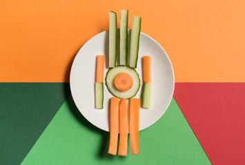 Gemüseteller auf farbigem Untergrund aus geometrischen Formen
