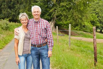 Mann und Frau als Bauern neben Wiese