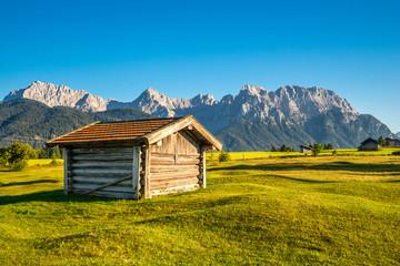 Heustadel mit Alpenpanorama