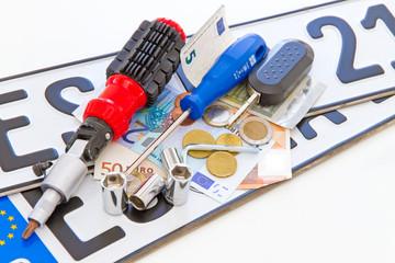 Autokosten - Kennzeichen mit Geld und Werkzeug