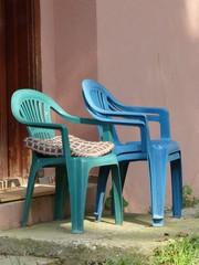Bunte Gartenstühle aus Plastik in Dogancay am Sakarya Fluss