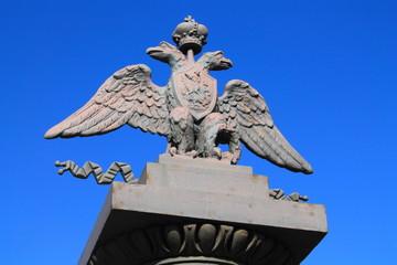 металлический двуглавый орел на пъедестале