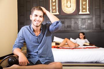 Junges Paar entspannt im Hotelzimmer