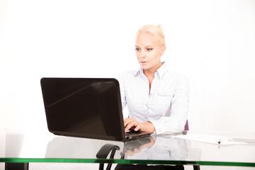 Sekretärin am Laptop