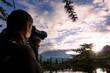 fotografo all'alba su lago di montagna