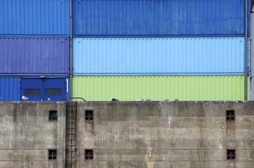 Pier mit Cargo Containern