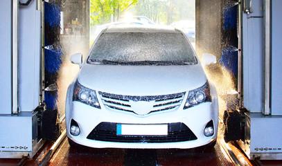 Automobil in einer Waschanlage