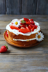 cake with mascarpone and strawberries