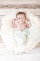Newborn Kleine Prinzessin in einem Korb wach