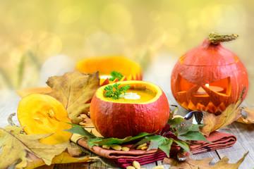 Kürbissuppe und Halloweenfratze