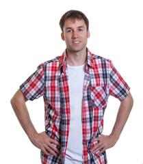 Stehender Mann im karierten Hemd