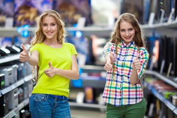 Девушки в магазине телевизоров
