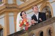 Brautpaar genießt die Aussicht am Schloss