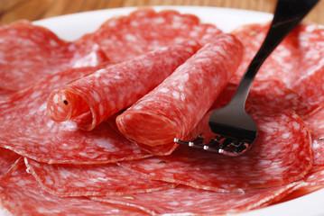 fette di salame italiano sul piatto