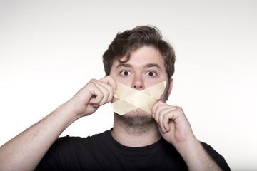 Hombre autocensurándose